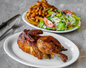 ½ poulet / ½ chicken (frites et salade / fries and salad)